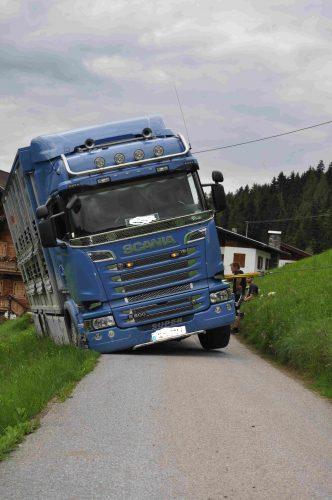 Drohender Absturz eines LKW`s